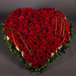 Grand cœur de roses rouges